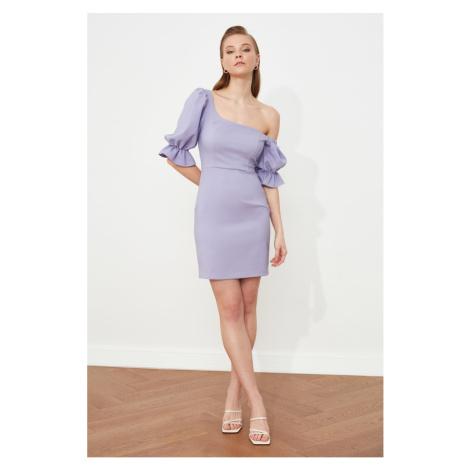 Sivé šaty na jedno rameno