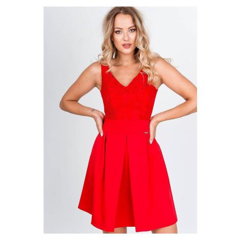 Krátke červené spoločenské šaty s čipkovaným výstrihom