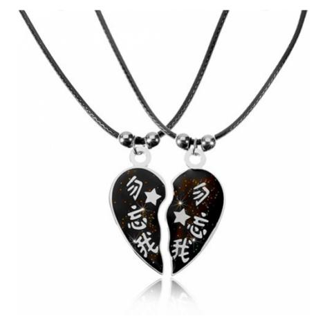 Dva náhrdelníky pre zaľúbených s čínskymi znakmi, rozdelené srdiečko