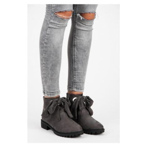 Pohodlné šedé členkové topánky so stužkou Bestelle