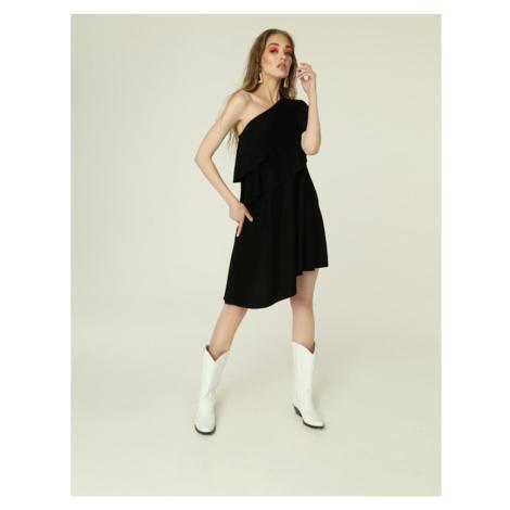 čierne šaty na jedno rameno