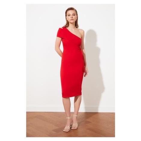 červené šaty na jedno rameno
