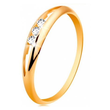 Prsteň zo žltého 14K zlata - tri okrúhle číre zirkóny v úzkom výreze, lesklé ramená - Veľkosť: 4