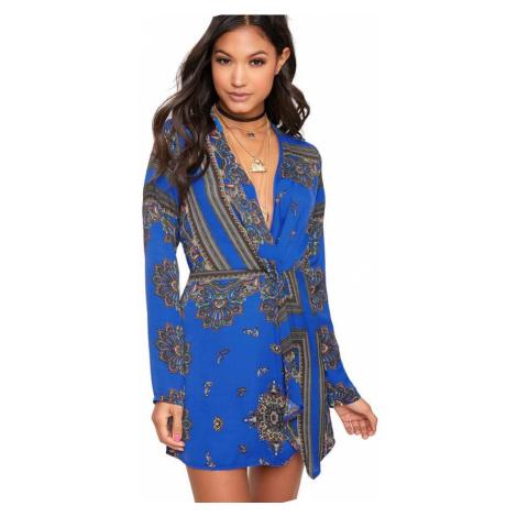 Thandie modré šaty s dlhým rukávom a ornamentovým potlačou PrettyLittleThing