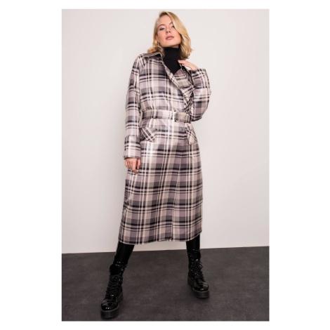 sivo-čierny kockovaný dlhý kabát s opaskom