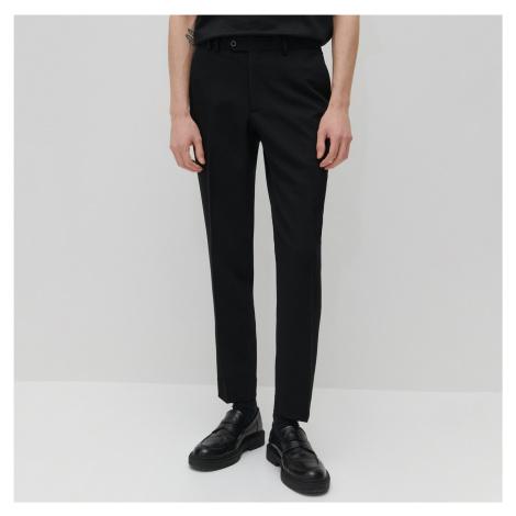 Reserved - Slim chino nohavice so zažehlenými pukmi - Čierna