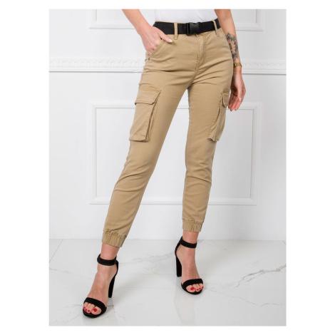 Béžové džínsy s výraznými vreckami a opaskom