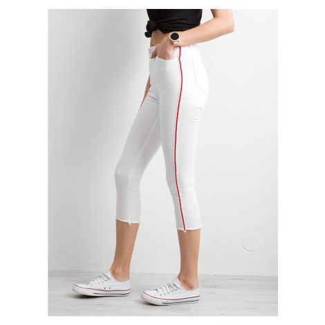 Skinny jeans with a red white stripe